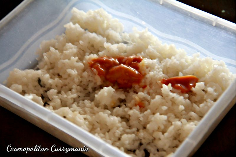 Adding salted caramel sauce to the cooked vinegar-added sushi rice.